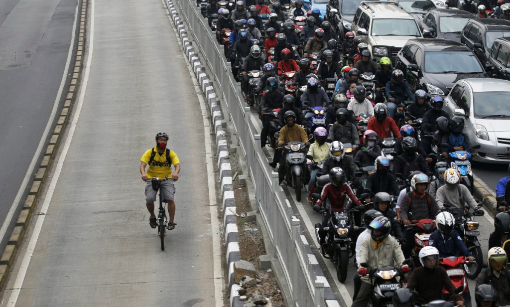 this-man-hacks-a-huge-traffic-jam-as-he-bikes-in-the-bus-lane-in-indonesias-capital-city-jakarta