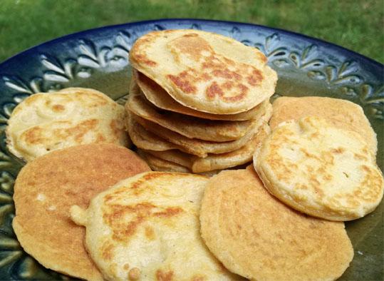 Малки кокосови палачинки със златист загар. Дали искате да ги изядете - прочетете и преценете дали рецептата си струва.